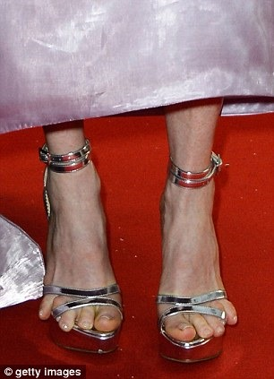 Julianne Moore Likes To Torture Her Feet Apparently ...