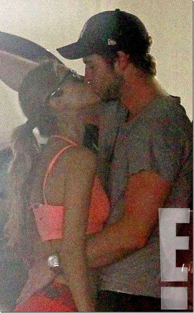 Liam-Hemsworth-Eiza-Gonzalez-Kissing_1_ms_091713